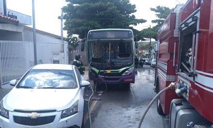 Ônibus bate e pega fogo no Bairro Santo Antônio