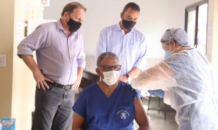 Técnico de enfermagem de 59 anos é o primeiro vacinado contra a covid-19 em Louveira