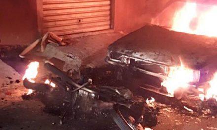 Homem surta por causa de bar fechado e coloca fogo em carro