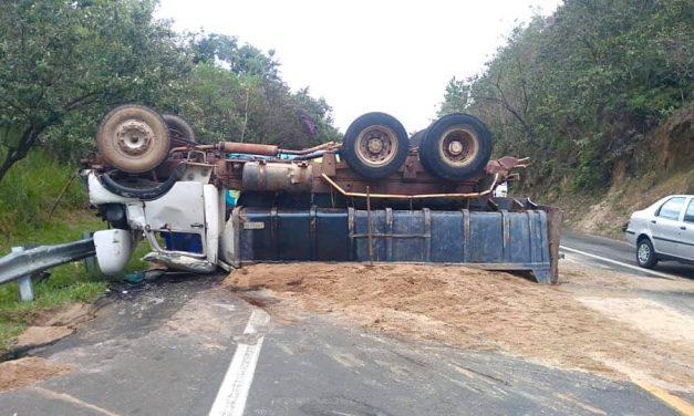 Acidente na Romildo Prado: Caminhão atinge carro e tomba