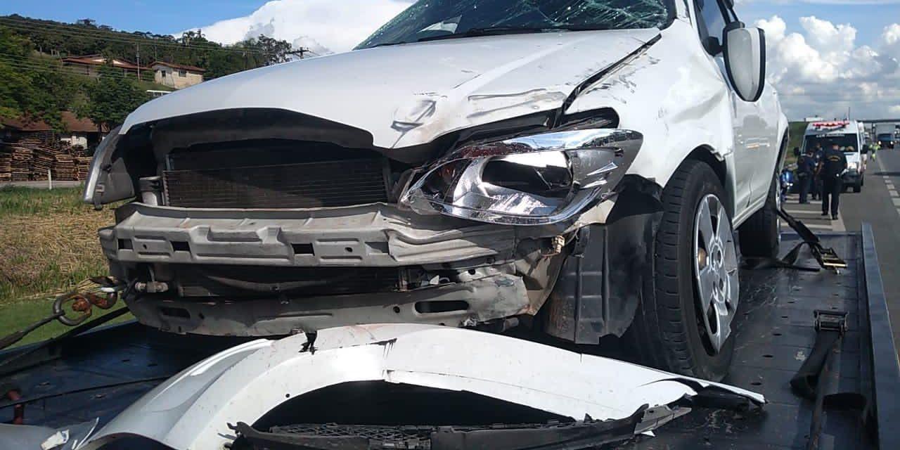 Motorista perde controle e bate carro na Anhanguera