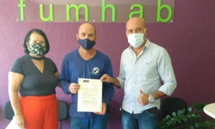 Família de Louveira recebe registro de escritura de imóvel