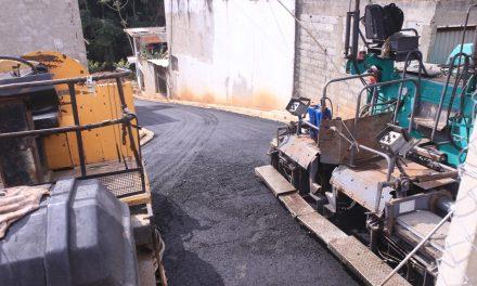 Rua G da região da Estrada Pau a Pique recebe asfalto nesta terça (08)