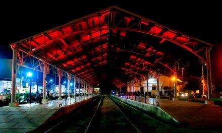 Iluminação especial em vermelho dá destaque à Estação Ferroviária de Louveira e marca Dia do Doador