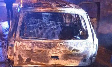 Falsa viatura da Polícia é queimada no Faixa Azul nesta segunda (5)