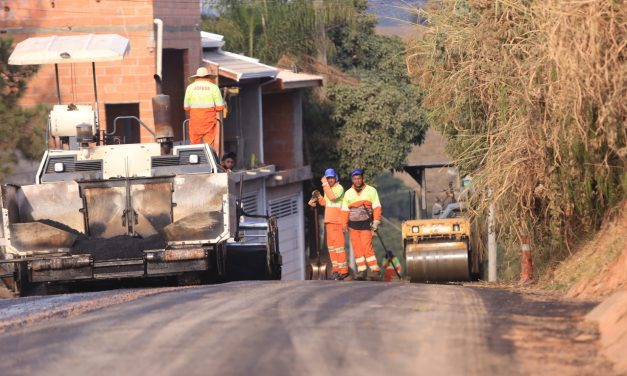 Estrada Pau a Pique recebe recapeamento; construção do reservatório chega à última etapa