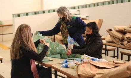 Famílias de alunos da Rede Municipal recebem kits alimentação e caixas de uva