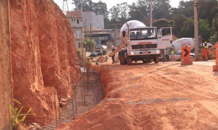 Prefeitura inicia concretagem de fundação do muro de arrimo na Estrada Pau a Pique