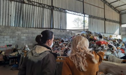 Secretária de Meio Ambiente visita cooperativa de reciclagem de Jaguaríuna
