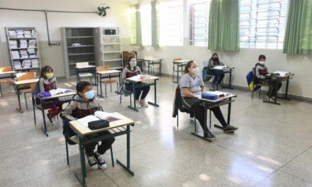 Educação aumenta capacidade de ocupação das salas de aula para 50% e amplia presença de alunos nas escolas