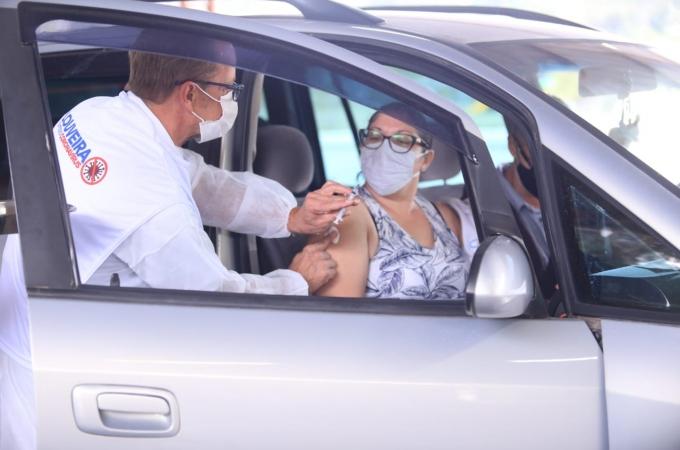 Louveira realiza drive thru de vacinação para aplicação de segunda dose da Pfizer neste sábado (18) na Área de Lazer